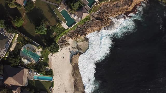 ville di lusso con piscine e mare - costa caratteristica costiera video stock e b–roll