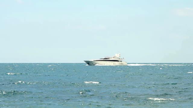 weiße geschwindigkeit luxusyacht in offenen gewässern - gefreiter stock-videos und b-roll-filmmaterial
