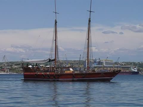 vídeos de stock e filmes b-roll de iate de luxo na baía sevastopolcity in ukraine - embarcação comercial
