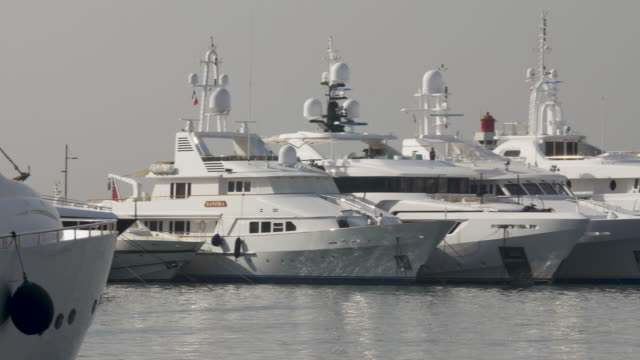 vídeos de stock e filmes b-roll de luxury yachts in the harbour at cannes - elegante