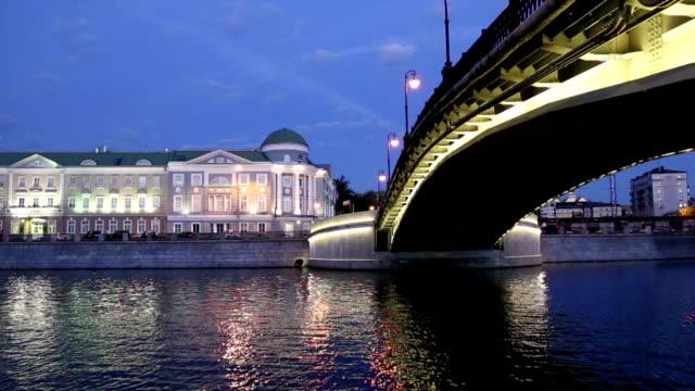 luzhkov (tretyakov) bridge, night view, moscow, russia - rzeka moskwa filmów i materiałów b-roll
