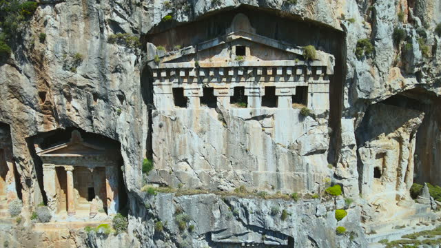 vídeos de stock, filmes e b-roll de tumbas rochosas de lycian em dalyan - monumento