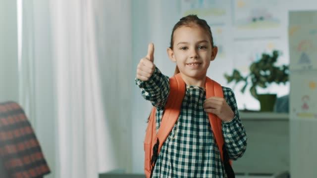 vídeos de stock e filmes b-roll de i'm ready for school! - mochila saco