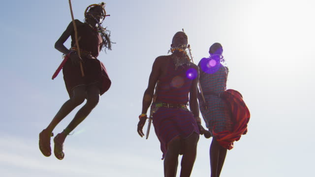 maasai erkekler geleneksel bir atlama dansı yapıyor - kültürler stok videoları ve detay görüntü çekimi