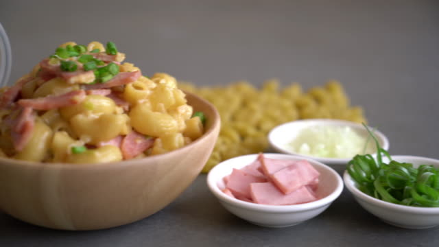 vídeos de stock e filmes b-roll de macaroni cheese and ham - comida salgada