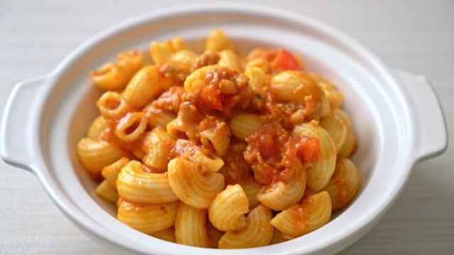 macaroni with tomatoes sauce and mince pork, american chop suey, american goulash