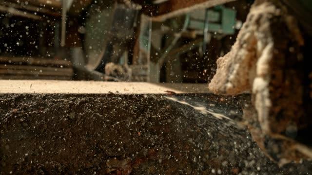 slo-mo-maschine holzfällen in planken - bandsäge stock-videos und b-roll-filmmaterial