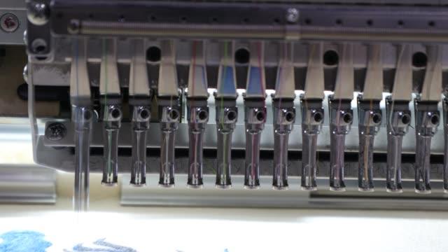 il ricamo della macchina è un processo di ricamo per creare motivi - cucitura video stock e b–roll