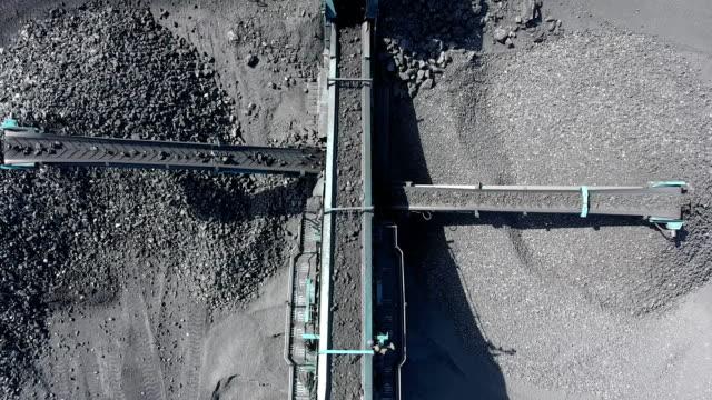 分数にバルク材料の機械的選別機です。ランブルは石炭、鉄鉱石などの材料を分散するために使用します。 - 石炭点の映像素材/bロール