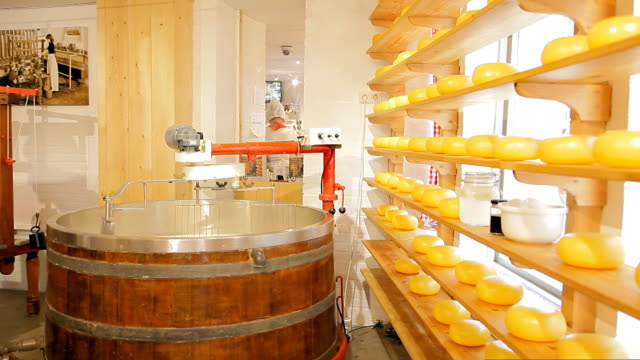 vidéos et rushes de une machine pour mélanger les ingrédients pour fromage - pâtisseries et feuilletés