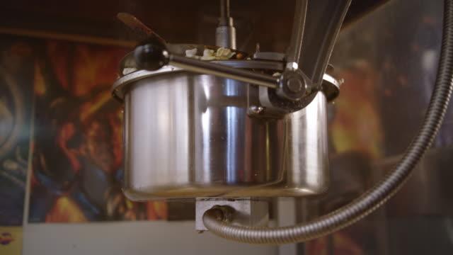 vídeos de stock, filmes e b-roll de máquina para produção de pipoca. pipoca pronta cai fora da máquina de pipocas. - balde pipoca