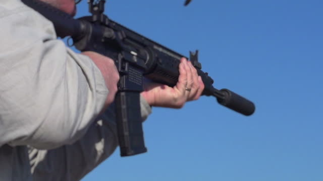 stockvideo's en b-roll-footage met ak 47 machine gun - gun shooting