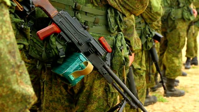 vidéos et rushes de mitrailleur du détachement militaire - mitrailleuse