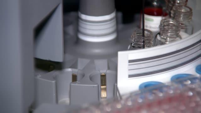 기계는 제약 실험실에서 백신을 붓고 혼합하고, 바이러스로부터 치료 - covid testing 스톡 비디오 및 b-롤 화면