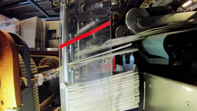 LD Machine stacking folded newspapers