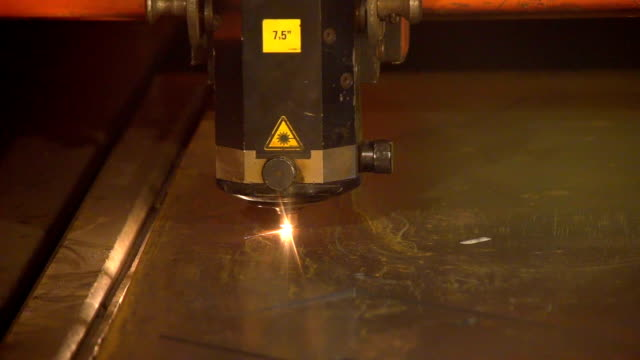 A machine tool device makes zigzag movements while welding a metal sheet video