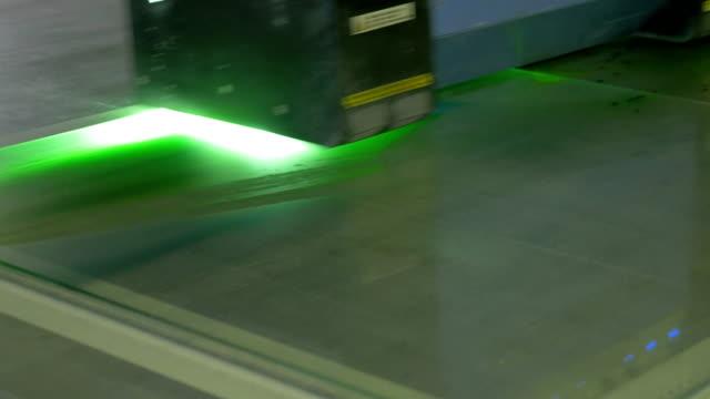 vídeos y material grabado en eventos de stock de una máquina con control por software, pone a la pintura sobre el vidrio. fábrica para la producción de vidrieras de la ventana. - grind