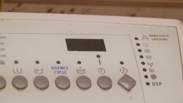 eine maschine arbeitet mit dem netzschalter - pflicht stock-videos und b-roll-filmmaterial