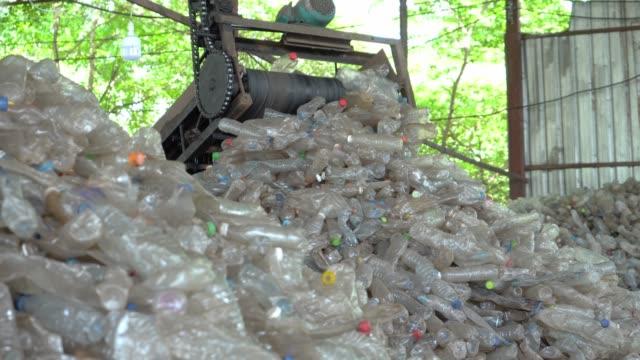 maskiner gör separata plastflaskor för återvinning i fabriken. - pet bottles bildbanksvideor och videomaterial från bakom kulisserna