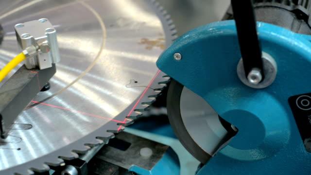 maschinen zum schärfen von kreissägen - pflicht stock-videos und b-roll-filmmaterial