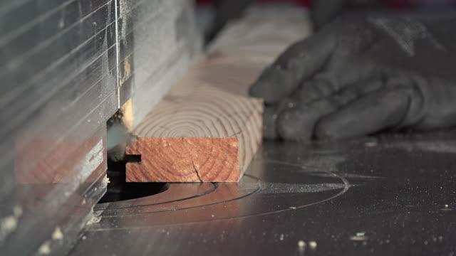 machining ein pine bord der moulder - bandsäge stock-videos und b-roll-filmmaterial