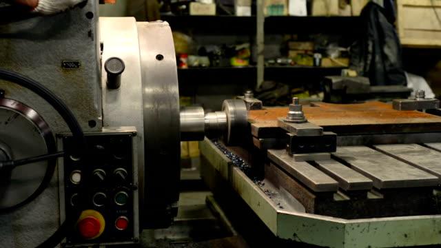 bearbeitung von einem metallteil auf eine große bohrmaschine - pflicht stock-videos und b-roll-filmmaterial
