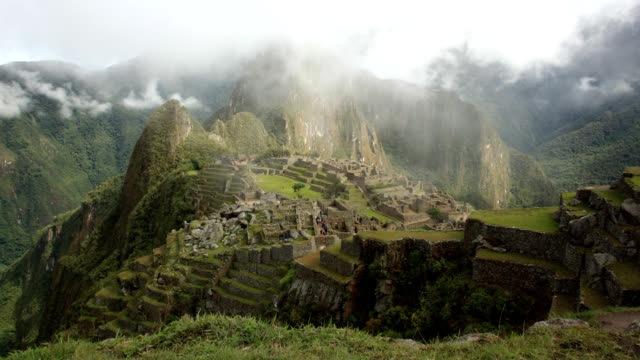 machu picchu in time lapse nebbia ws - coloniale video stock e b–roll