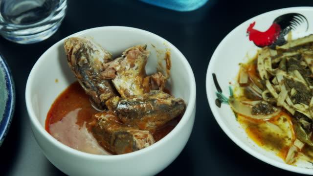 makrill i tomatsås på svart bord - frying pan bildbanksvideor och videomaterial från bakom kulisserna