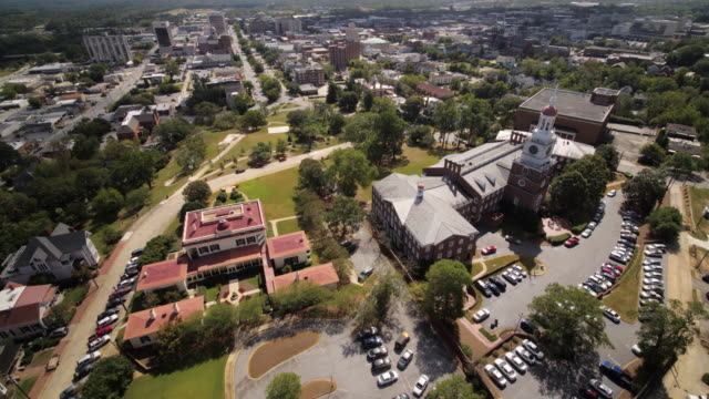macon georgia aerial v17 birdseye view mercer university law school schwenkt um niedrig - stadtviertel stock-videos und b-roll-filmmaterial