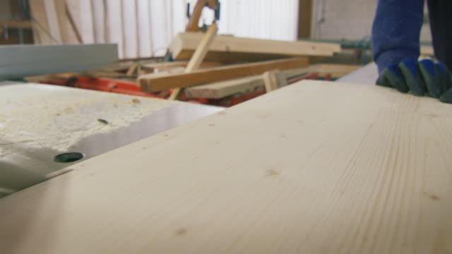 makronahaufnahme von sägebrettern aus stämmen mit industriesägewerk. - kreissäge stock-videos und b-roll-filmmaterial