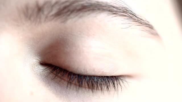 hd : マクロクローズアップ;人間の眼 - まつげ点の映像素材/bロール