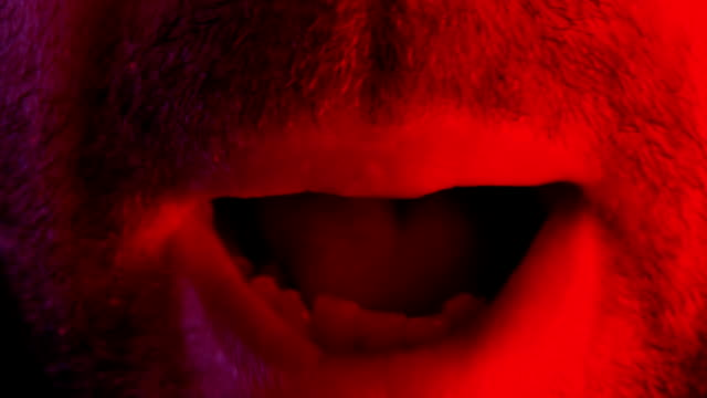 stockvideo's en b-roll-footage met macro close-up op man schreeuwen met de mond wijd open - swearing