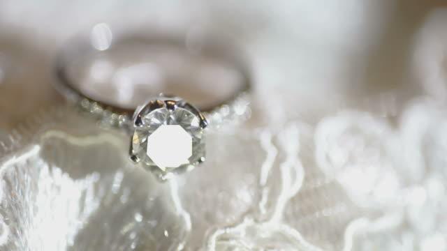 makro-diamant-ring - schmuck stock-videos und b-roll-filmmaterial