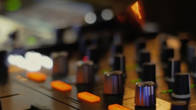 vídeos de stock, filmes e b-roll de misturador macro do dj em um clube nocturno em um partido - dj
