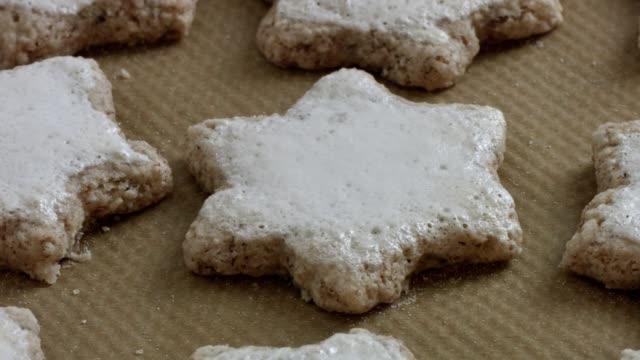 vídeos de stock e filmes b-roll de macro dolly: baking christmas cookies - christmas cake