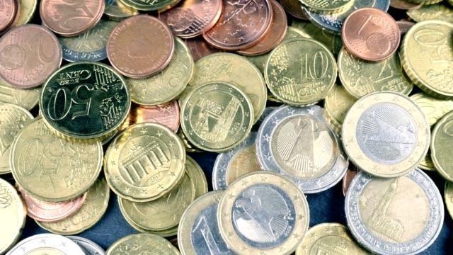macro dolly - euro-münzen - euros cash stock-videos und b-roll-filmmaterial