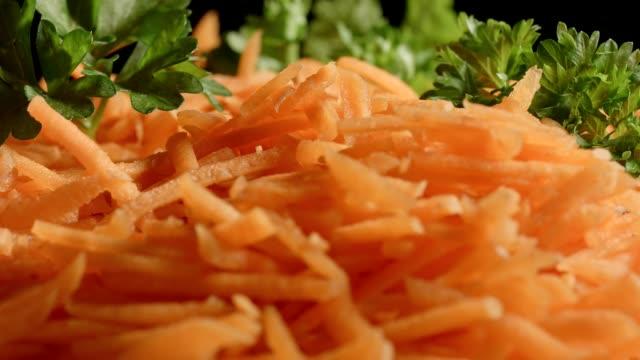 stockvideo's en b-roll-footage met macro dolly: geraspte worteltjes met peterselie - groentesoep