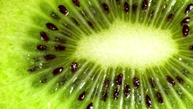 makro dolly: raw kiwi - kiwifrukt bildbanksvideor och videomaterial från bakom kulisserna
