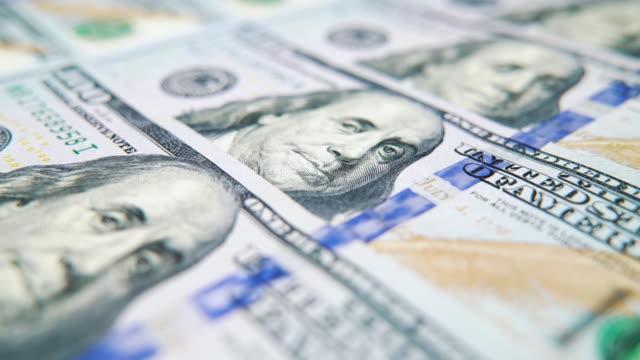 vídeos y material grabado en eventos de stock de macro dolly shot de billetes de dólar estadounidense acostados en fila - prosperidad