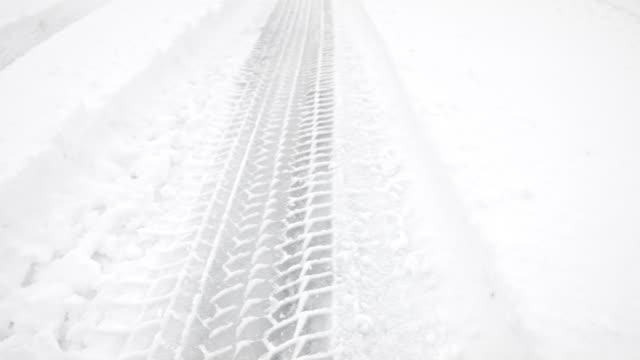 macro dolly: tire tracks in fresh snow - traccia video stock e b–roll