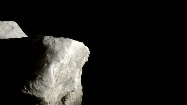 stockvideo's en b-roll-footage met macro dolly: wit marmer op zwarte achtergrond - marmer