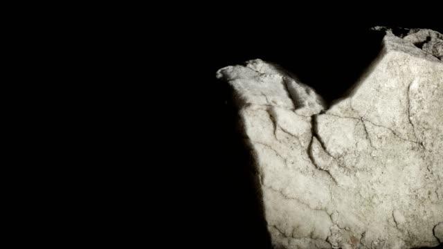 makro-dolly: weißer marmor auf schwarzem hintergrund - stein baumaterial stock-videos und b-roll-filmmaterial