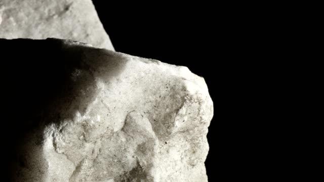 makro dolly: vit marmor på svart bakgrund - marble bildbanksvideor och videomaterial från bakom kulisserna