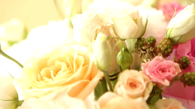 makro-aufnahmen von restaurant dekoration für hochzeit oder geburtstag mit weißen und blauen farben. urlaub-floristik oder rosen auf den tischen im café vor dem empfang und bankett - dekorative kunst stock-videos und b-roll-filmmaterial