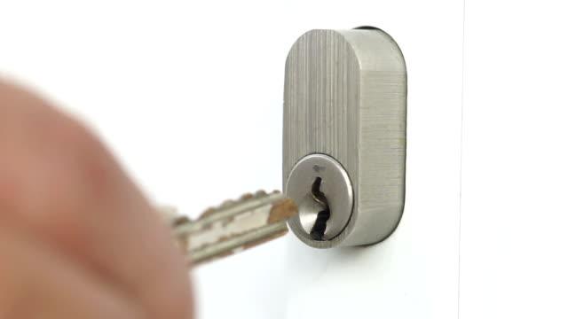 vídeos de stock e filmes b-roll de macro keys opening and closing front doors - chave