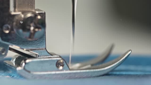 vídeos de stock, filmes e b-roll de macro de uma placa de costura, pé e transportador da máquina de costura. trabalhando máquina de costura. - edredom