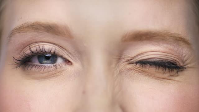 vídeos de stock e filmes b-roll de macro of two beautiful eyes one is blinking - piscar