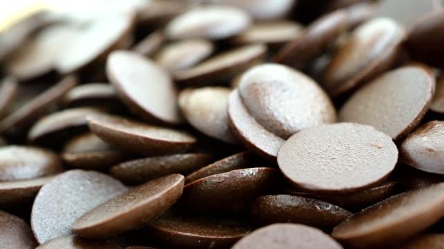 makro-rotation-video-aufnahme, schokolade wird in tabletten komprimiert. für einfache lagerung und kochen - koffeinmolekül stock-videos und b-roll-filmmaterial