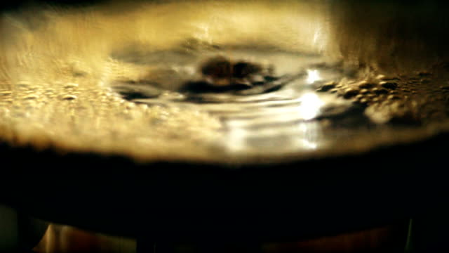 vídeos y material grabado en eventos de stock de macro disparo café blender y caldera de la máquina que hace bebida caliente sobre una mesa de madera en la mañana en casa. - café negro