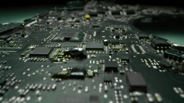 vídeos y material grabado en eventos de stock de macro toma de un chip, futurista y moderno sistema de tecnología avanzada. - placa madre